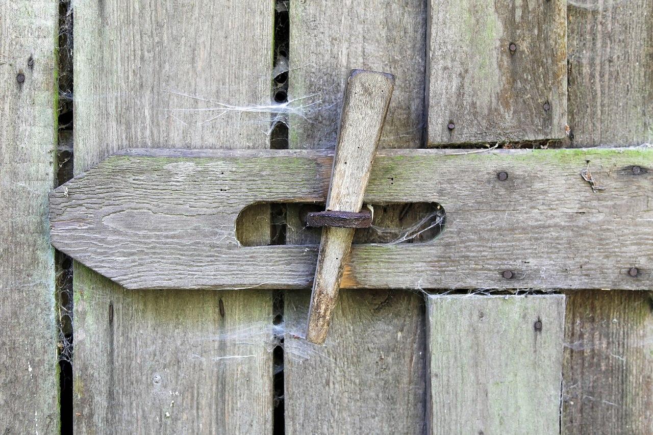 Zavřít dveře na petlici