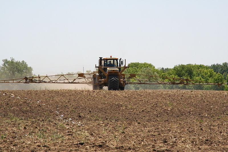 Významným kontaminantem půdy jsou pesticidy