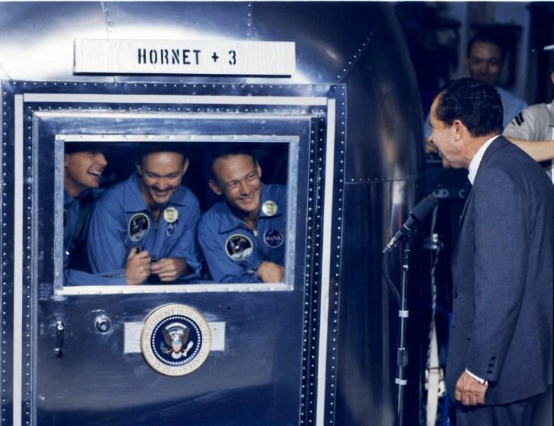 Posádku Apolla 11 po přistání ještě v karanténě uvítal prezident Richard Nixon