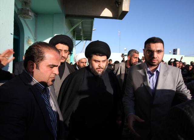 Šíitský duchovní Muktadá Sadr v Nadžafu (uprostřed)