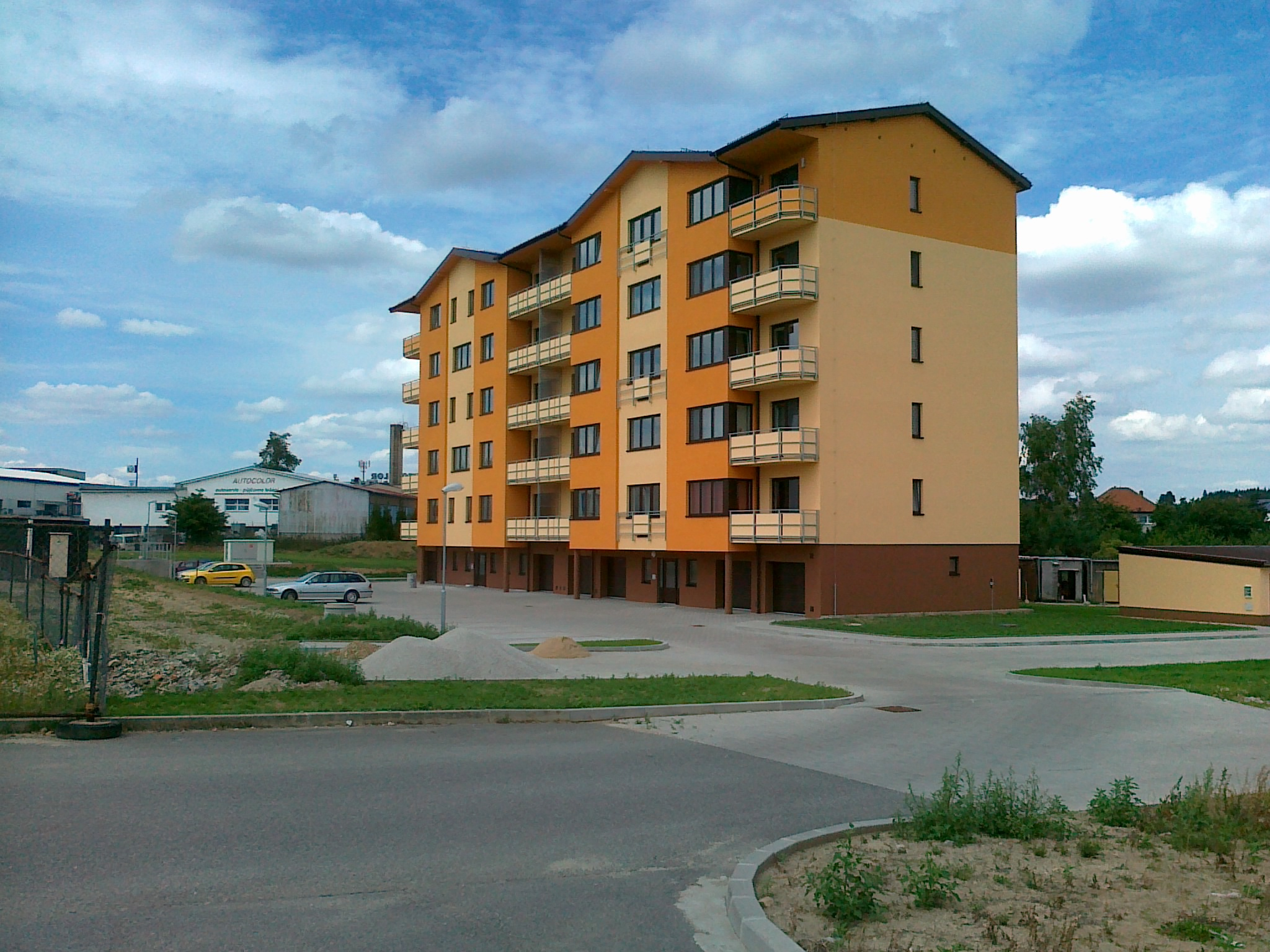 Nový dům nabídl 31 bytů, ale špatné spojení pro chodce