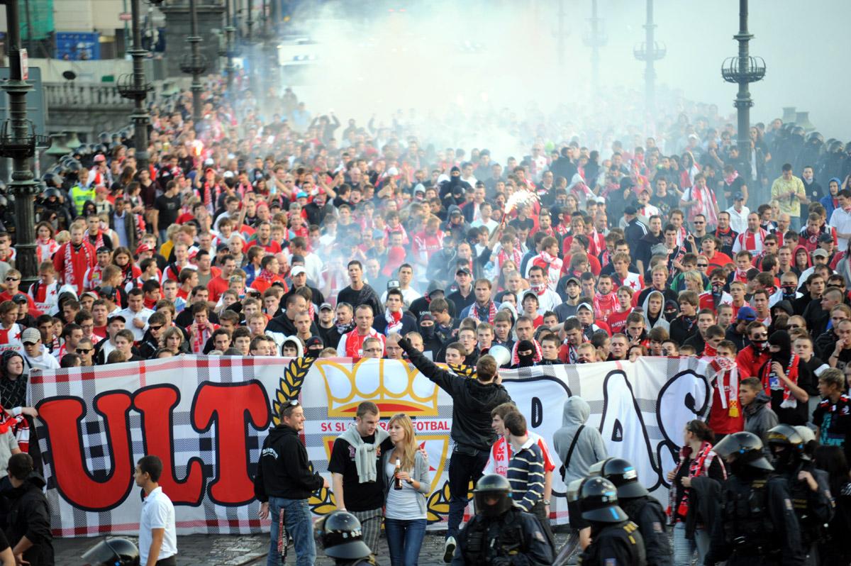 Fanoušci Slavie pochodují na fotbalové derby na Spartě