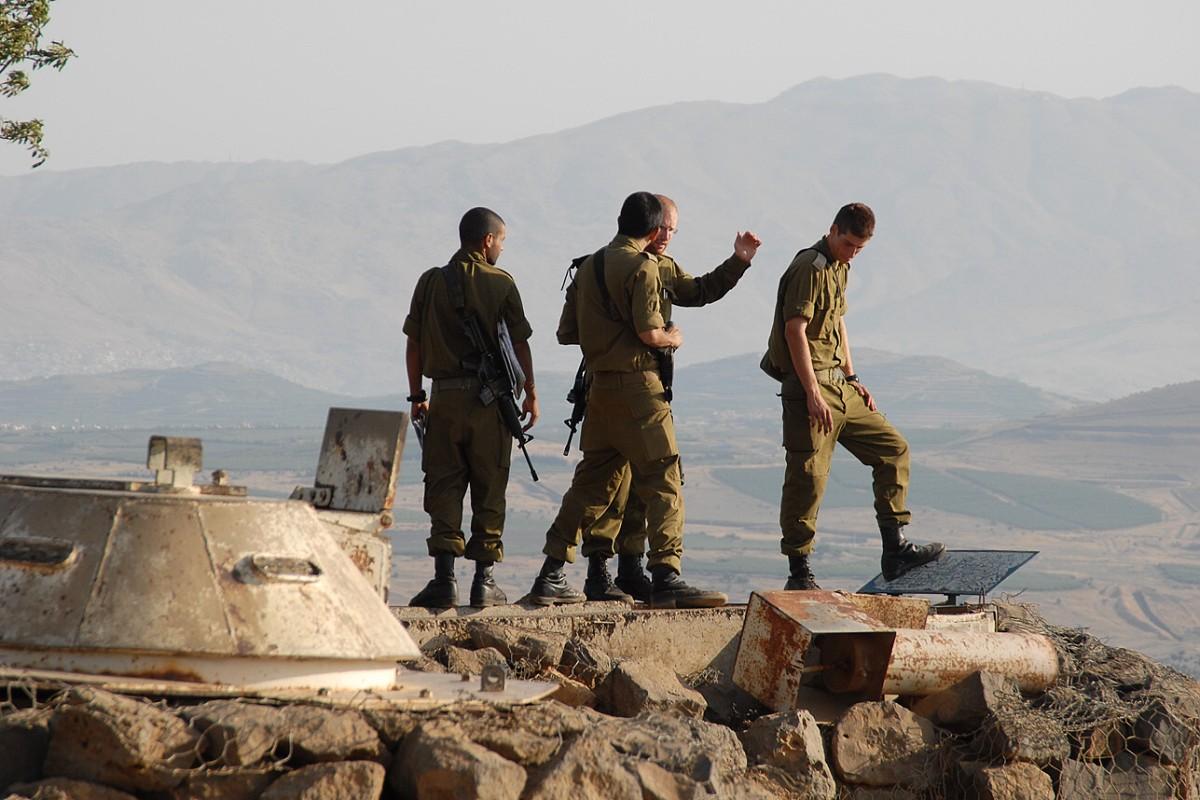 Izraelští vojáci shlížejí ze strategického návrší do Sýrie