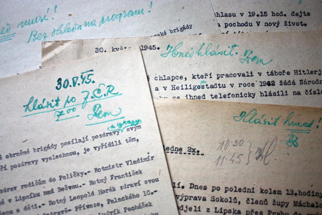 Dopisy posluchačů s poznámkami hlasatele F. K. Zemana