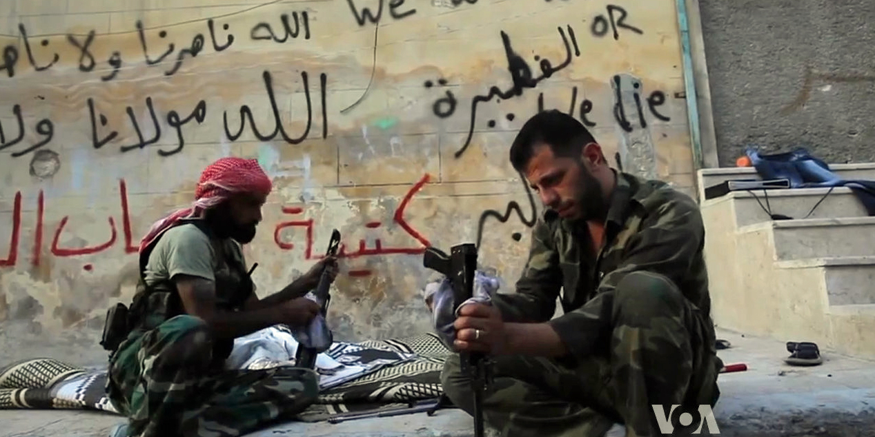 Vojáci Syrské svobodné armády si v Aleppu čistí zbraně