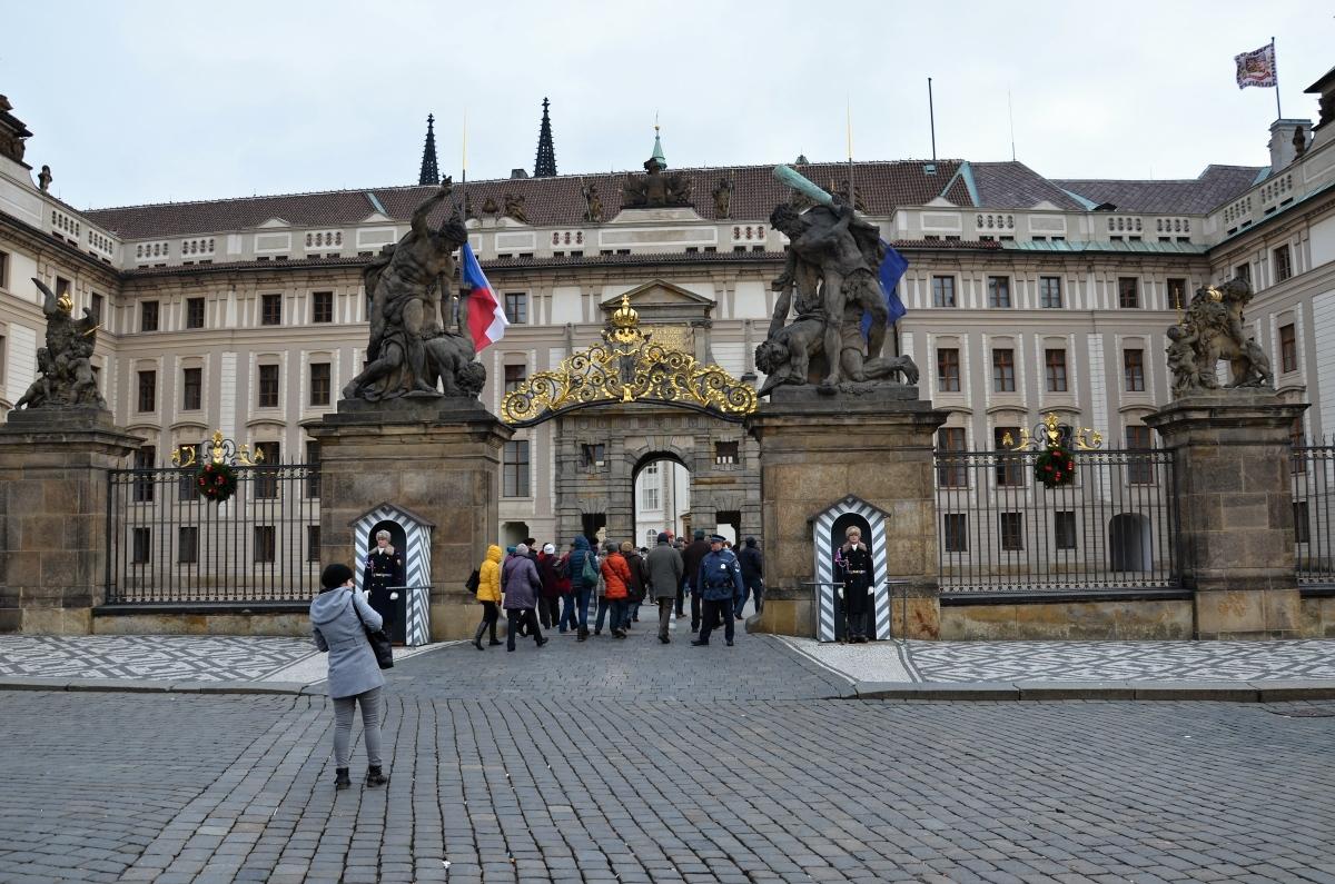 Brána gigantů se sousoším Souboj Titánů na Pražském hradě