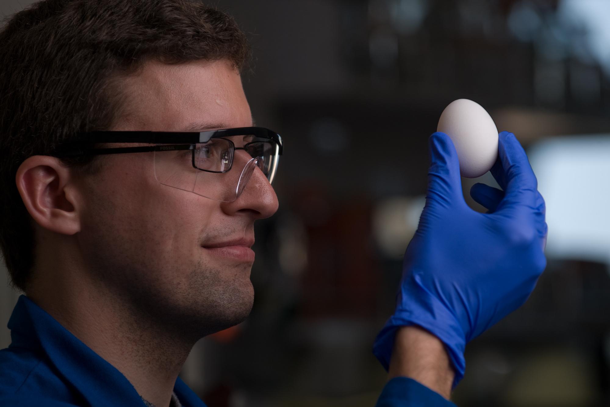 """Skupina vědců pod vedením chemiků Stephana Kudlaceka (na fotografii) a Grega Weisse vyvinula způsob, jak """"odvařit"""" slepičí vejce"""