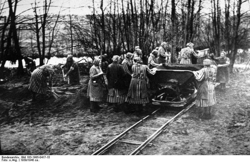 Ženy při práci v koncentračním táboře Ravensbrück