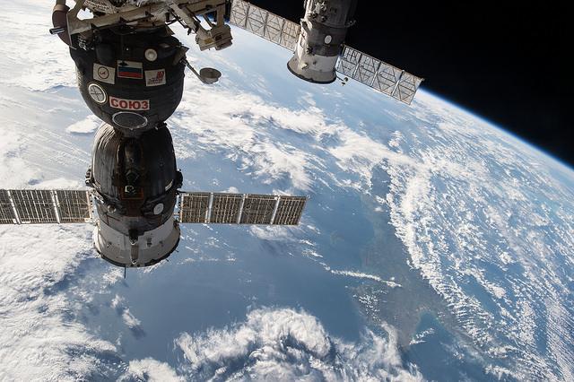 Ruská kosmická loď Sojuz (nalevo) a loď Progress (napravo) umístěné na Mezinárodní vesmírné stanici