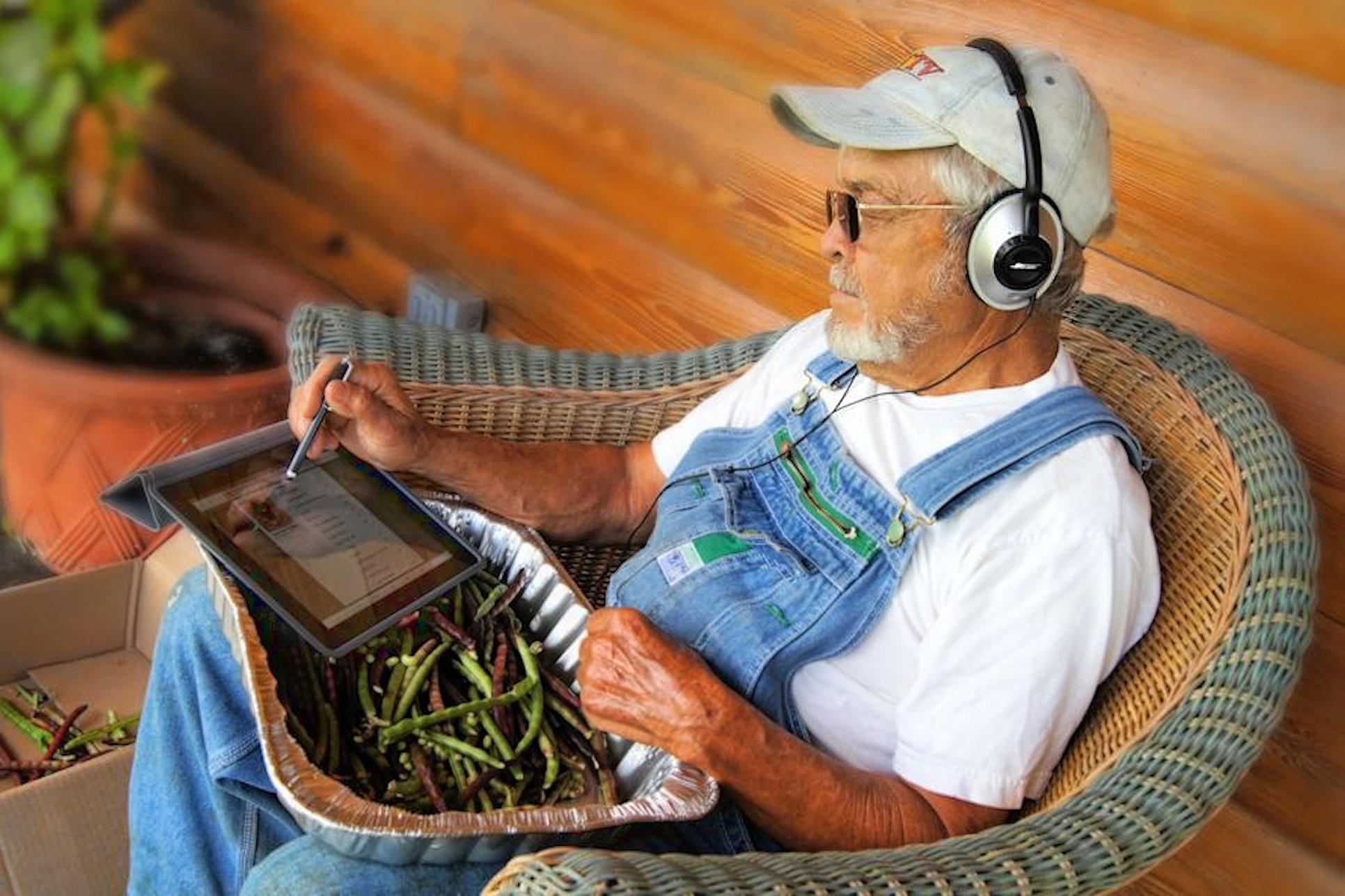 Starý farmář s iPadem
