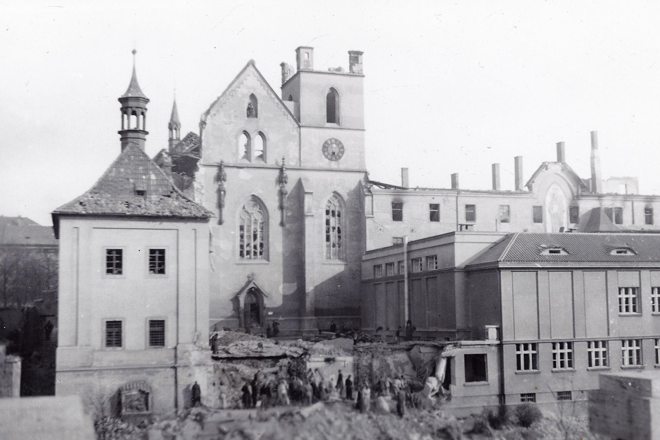 Emauzský klášter po náletu