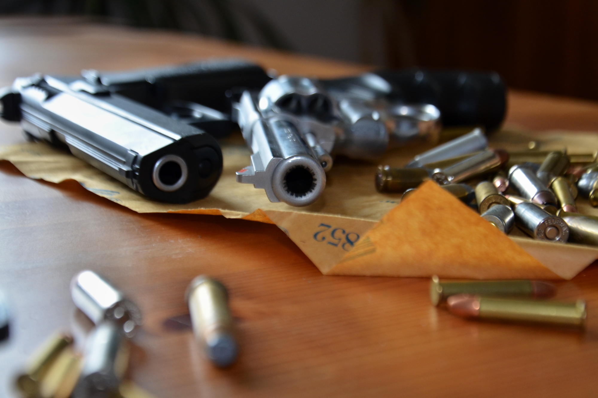 Pistole, munice, náboje, nábojnice, zbraně, násilí, zločin, kriminalita, přepadení, loupež