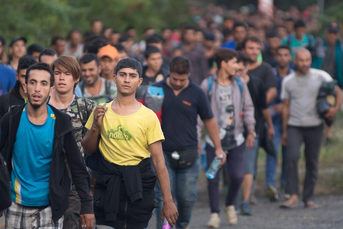 Vlna uprchlíků se blíží k hraničnímu přechodu Hegyeshalom