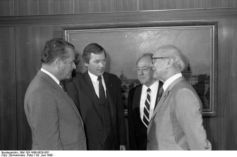 Erich Honecker (vpravo) přijímá armádního generála Czeslawa Kiszczaka (vlevo), 29. červen 1988