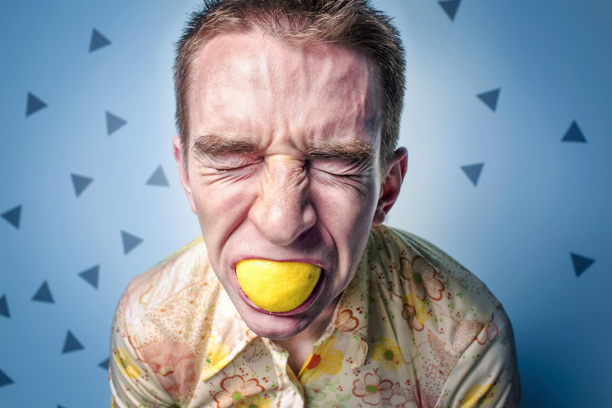 Muž s citronem