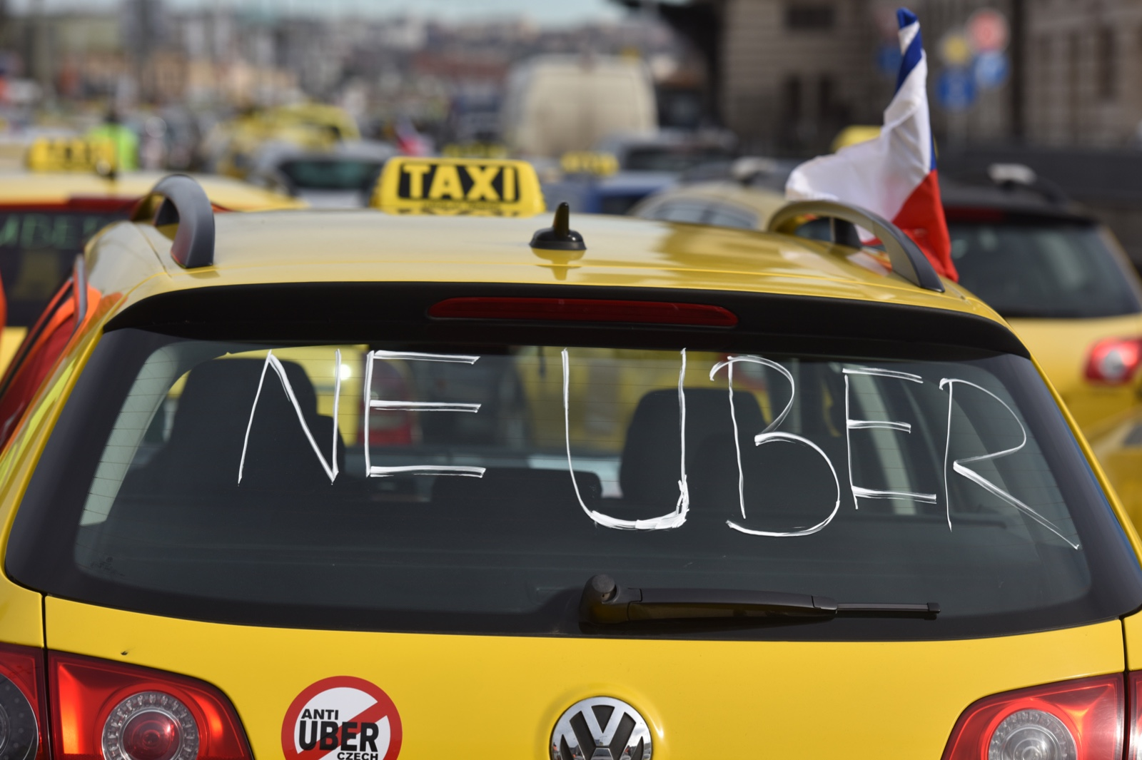 Pražští taxikáři blokují magistrálu, kvůli cenám i 'nelegální konkurenci'