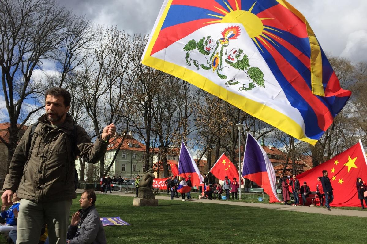 Odpůrci čínského prezidenta si na pražskou Kampu přinesli i tibetské vlajky