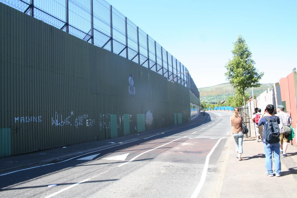 Bariéra oddělující katolické a protestantské čtvrti v Belfastu, hlavním městě Severního Irska