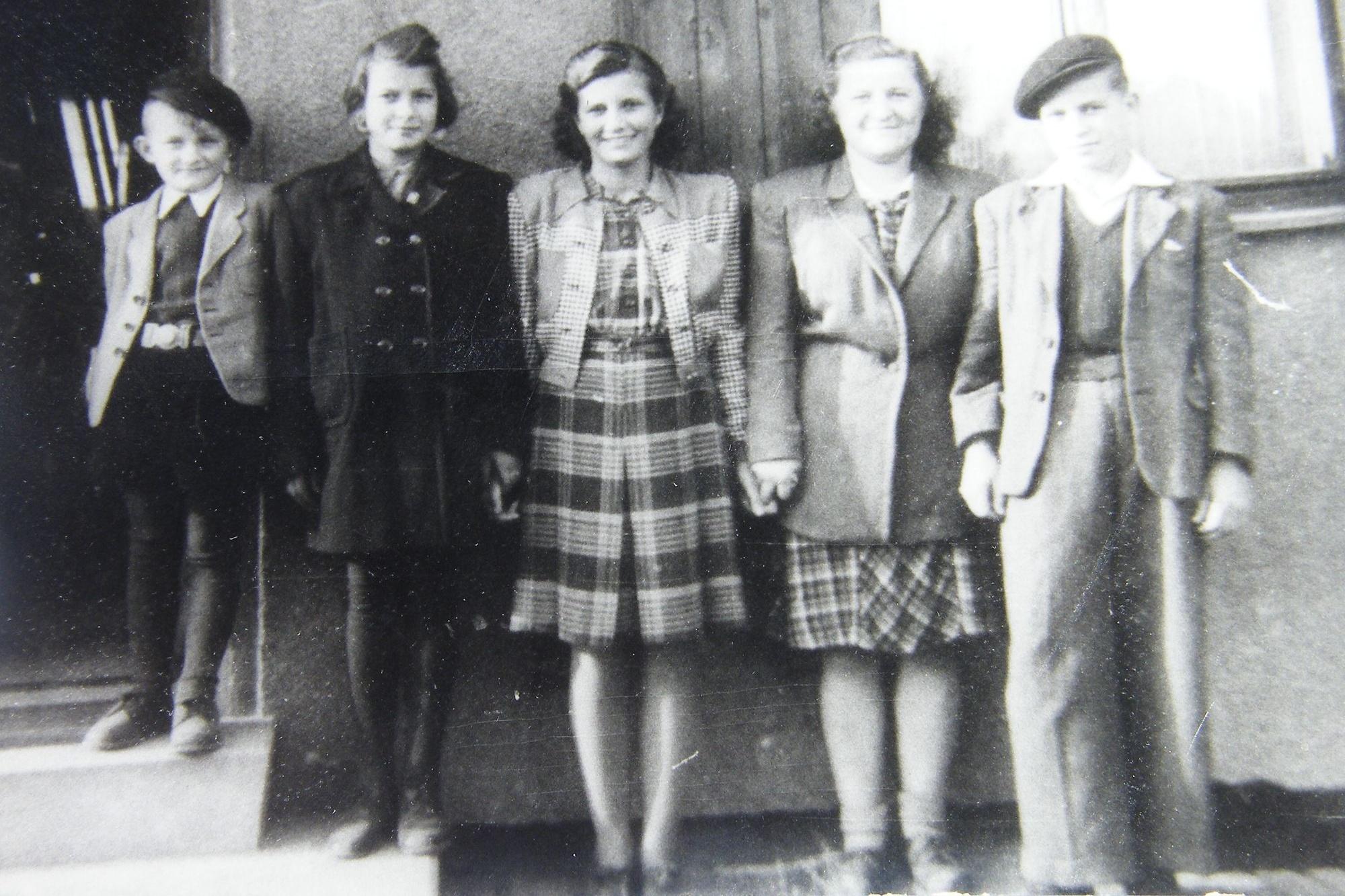 Se skupinou lidických dětí po válce