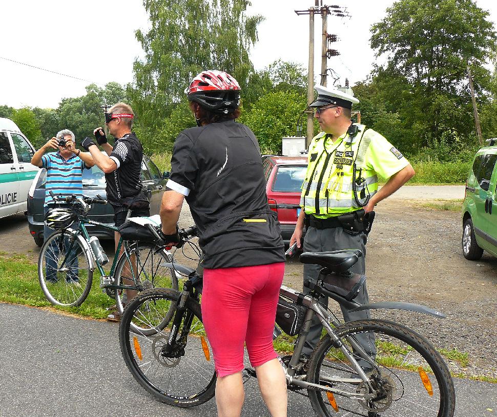 Policisté kontrolují cyklisty