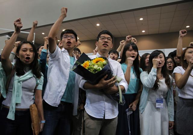 Nejznámějším z deštníkové revoluce je Nathan Law (uprostřed) ze strany Demosisto, kterou založil jiný studentský vůdce Joshua Wong (druhý zleva)