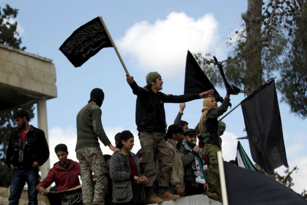 Členové Džabhat Fatah aš-Šám (Fronta dobytí Sýrie) ve městě Maarrat al-Numan