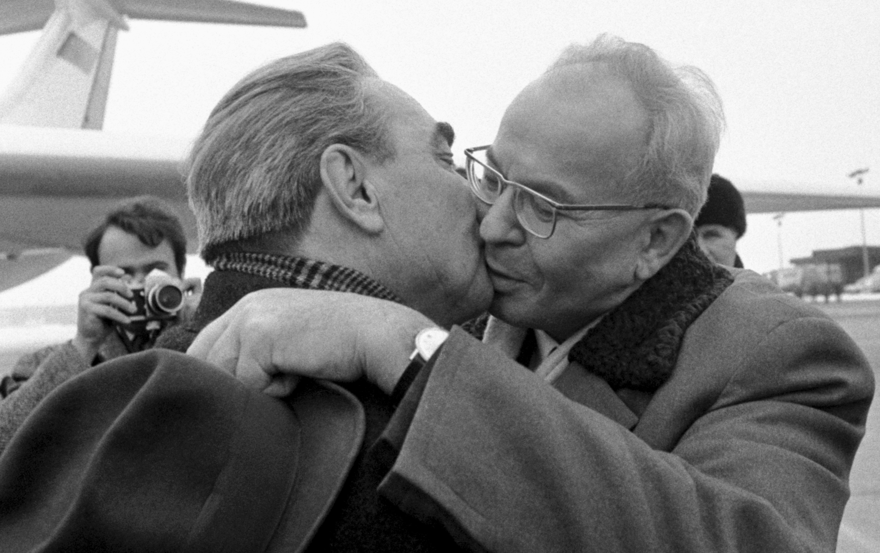 Generální tajemník ÚV KSČ Gustáv Husák vítá sovětského vůdce Leonida Brežněva, který přiletěl do Prahy na zasedání členských států Varšavské smlouvy (24. 1. 1972)