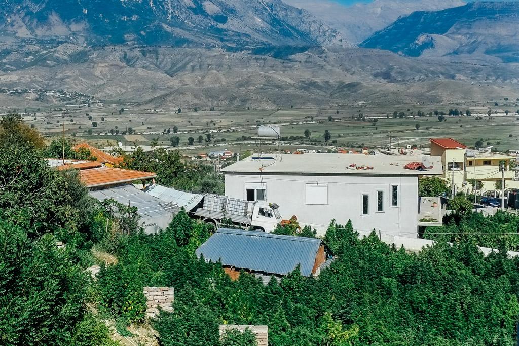 Albánská vesnice Lazarat se stala známou jako centrum výroby a pašování konopí. Konalo se zde proto několik rozsáhlých policejních operací, kterým se místní bránili i za použití zbraní