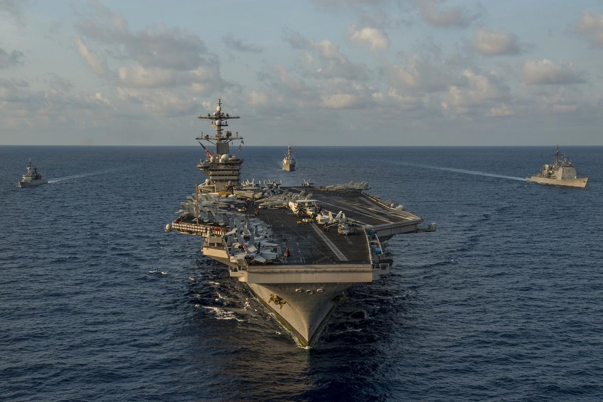 Americká letadlová loď USS Carl Vinson během cvičení v Jihočínském moři