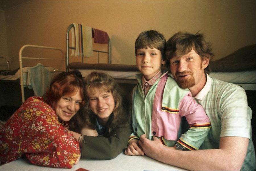 Rodina ruských Němců ze Sibiře v uprchlickém táboře Friedland (1988)