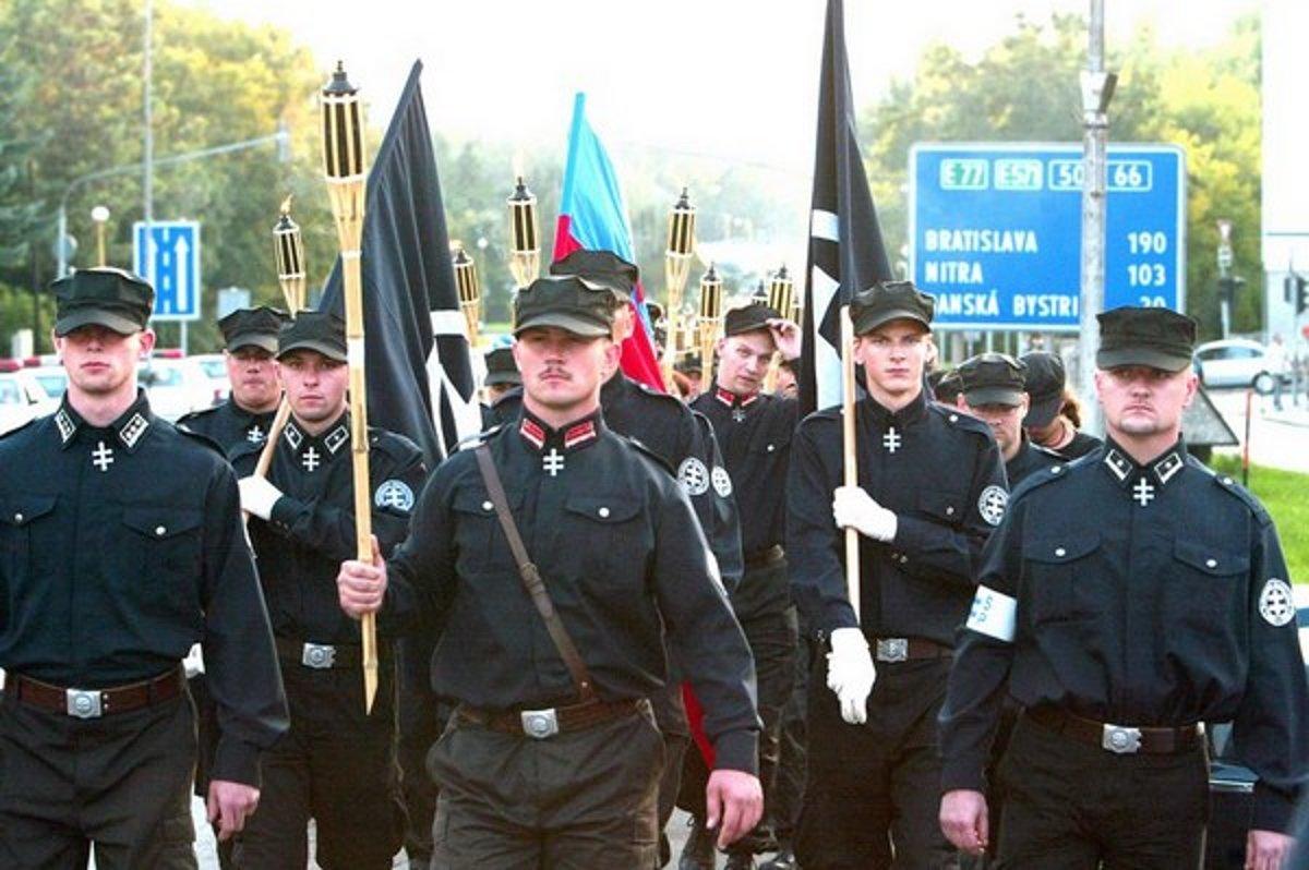 Marián Kotleba (uprostřed) vedl nyní zakázanou Slovenská pospolitosť - Národná strana Slovenska