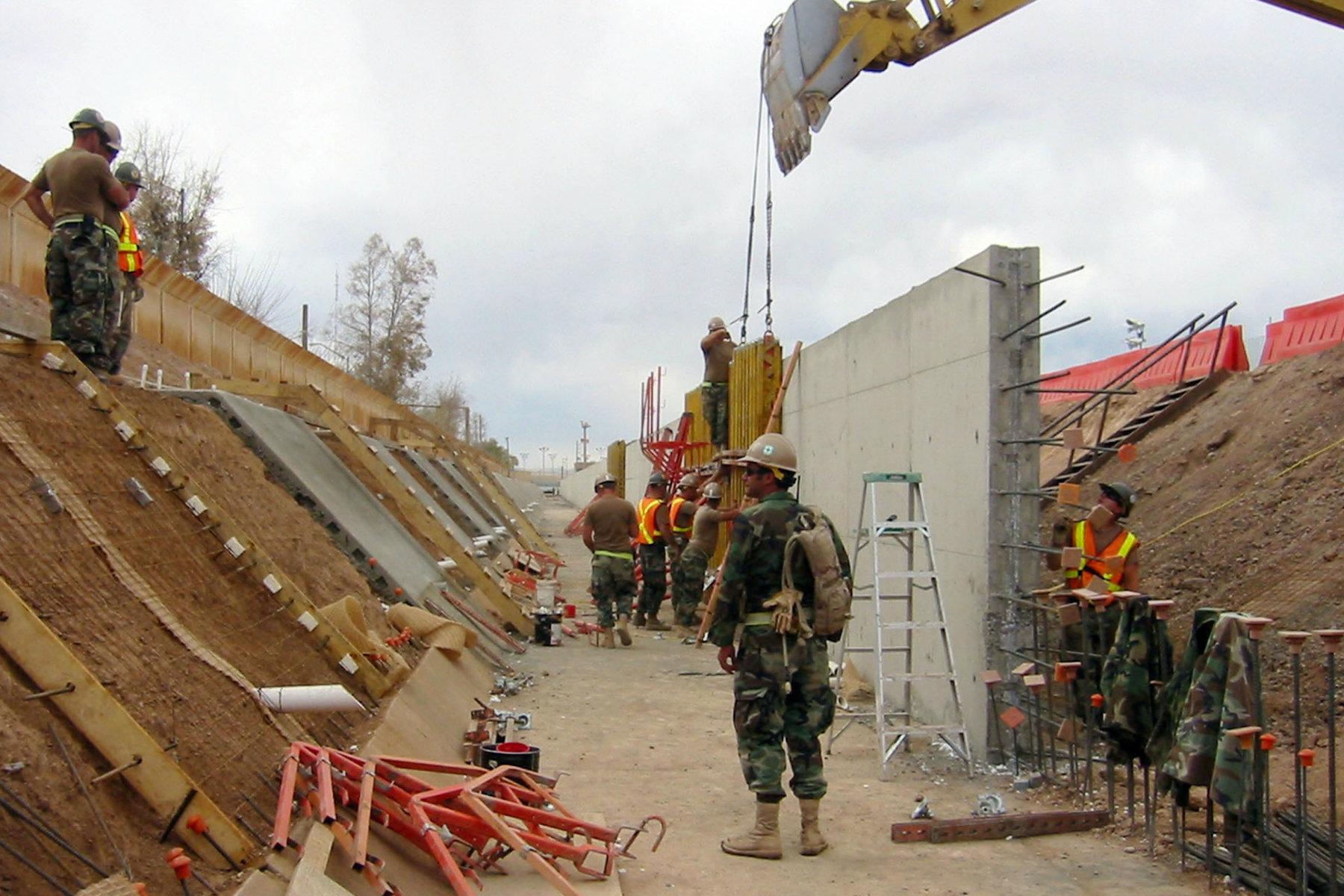 Armádní ženisté staví zeď na mexicko-americké hranici (2009)