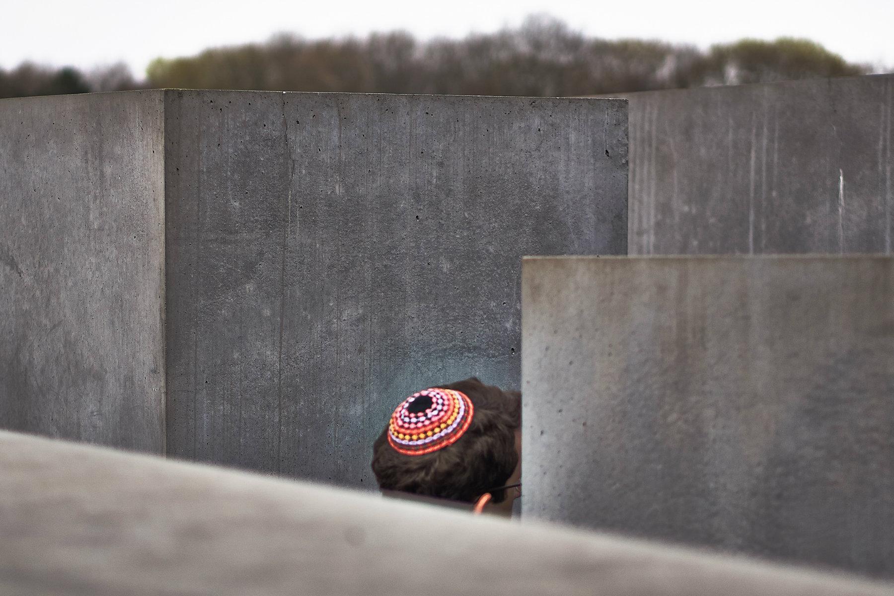 Muž s kippou prochází berlínským Památníkem holocaustu. V některých čtvrtích města ale Židé svou identitu raději skrývají