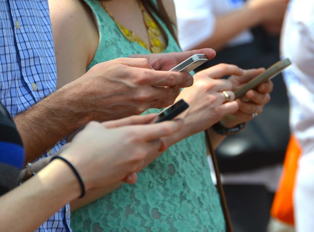 Některé školy zakázaly používání mobilních telefonů