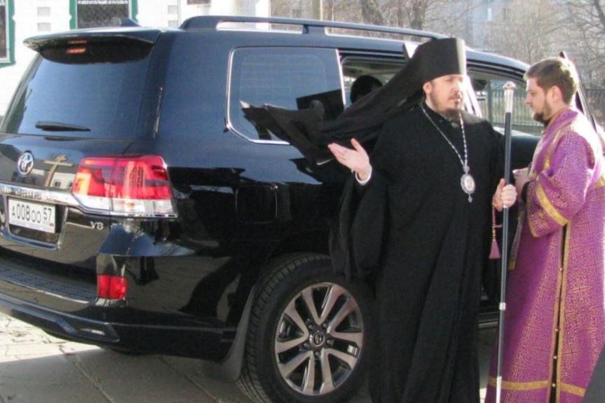 Ruský pravoslavný biskup Něktarij s luxusním vozem, který dostal jako dar