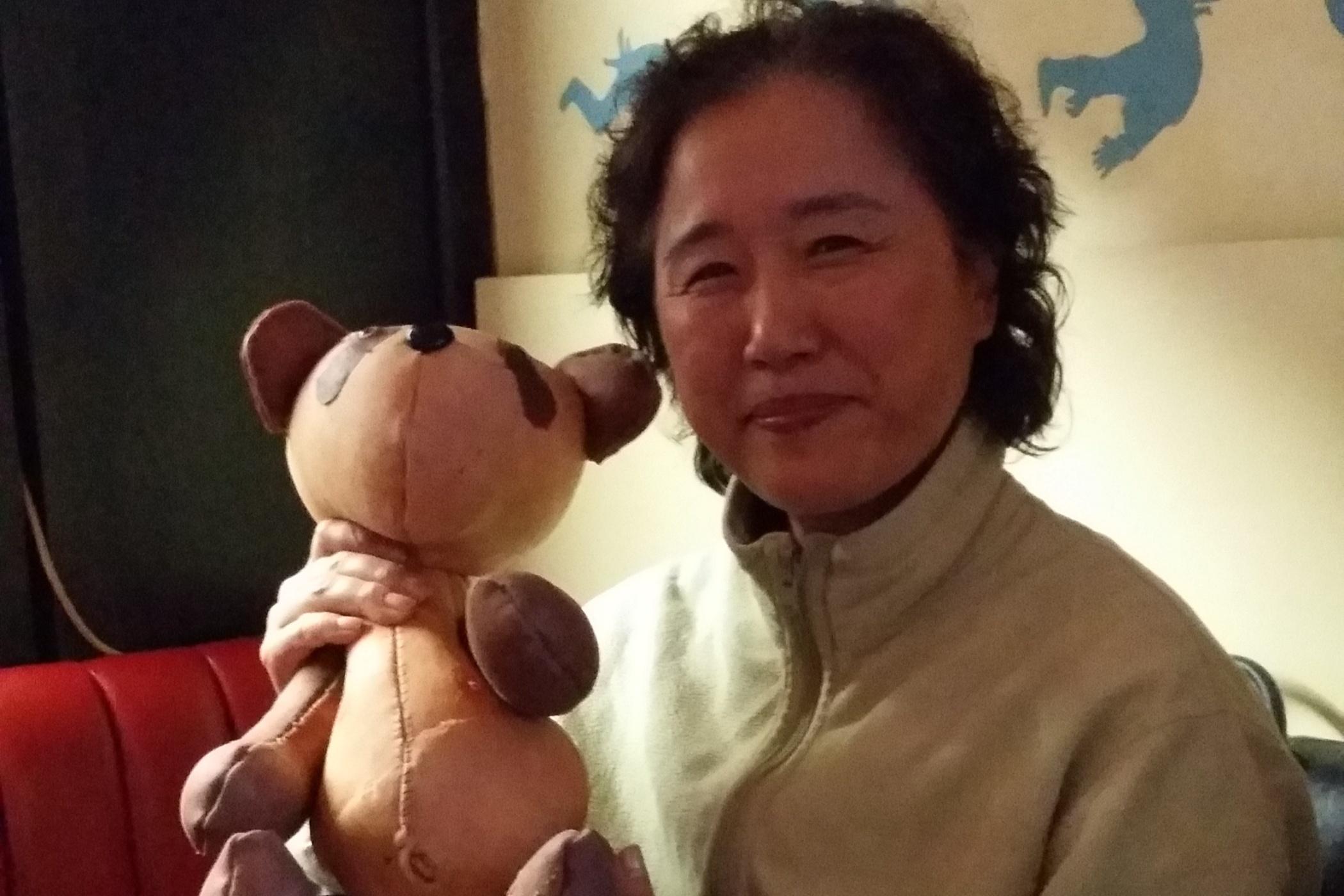 Annie Yang je příslušnicí hnutí Falun Gong. V letech 2005 až 2006 byla vězněna a mučena