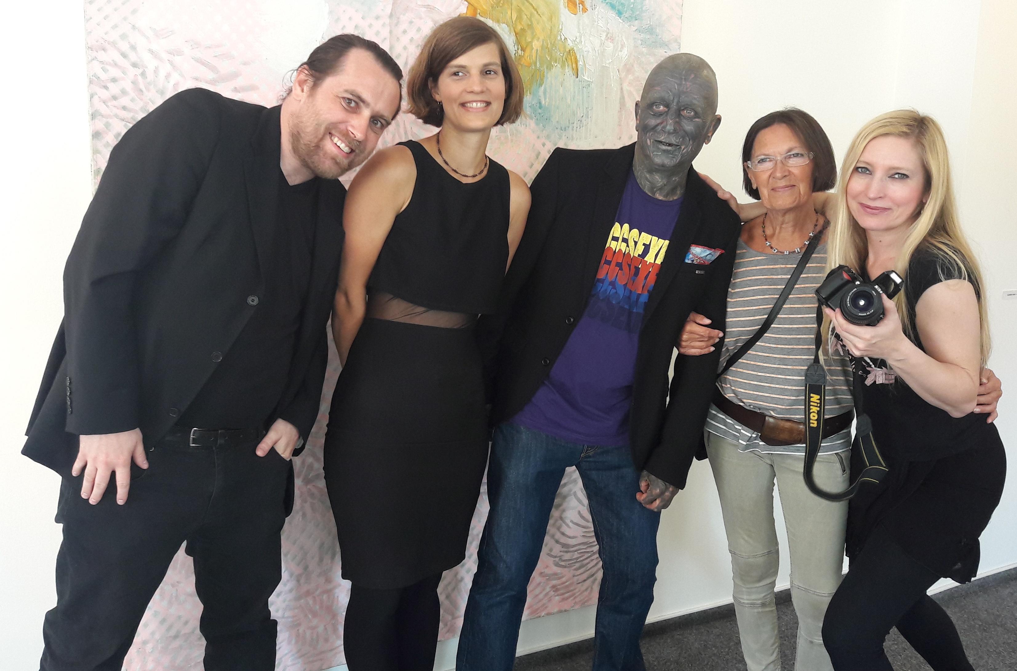Vladimír Fanz a Ida Saudková s návštěvníky výstavy a hudebníky
