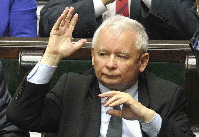 Strana předsedy Jaroslava Kaczyńského, který, byť nezastává žádné exekutivní funkce, dění v zemi de facto řídí