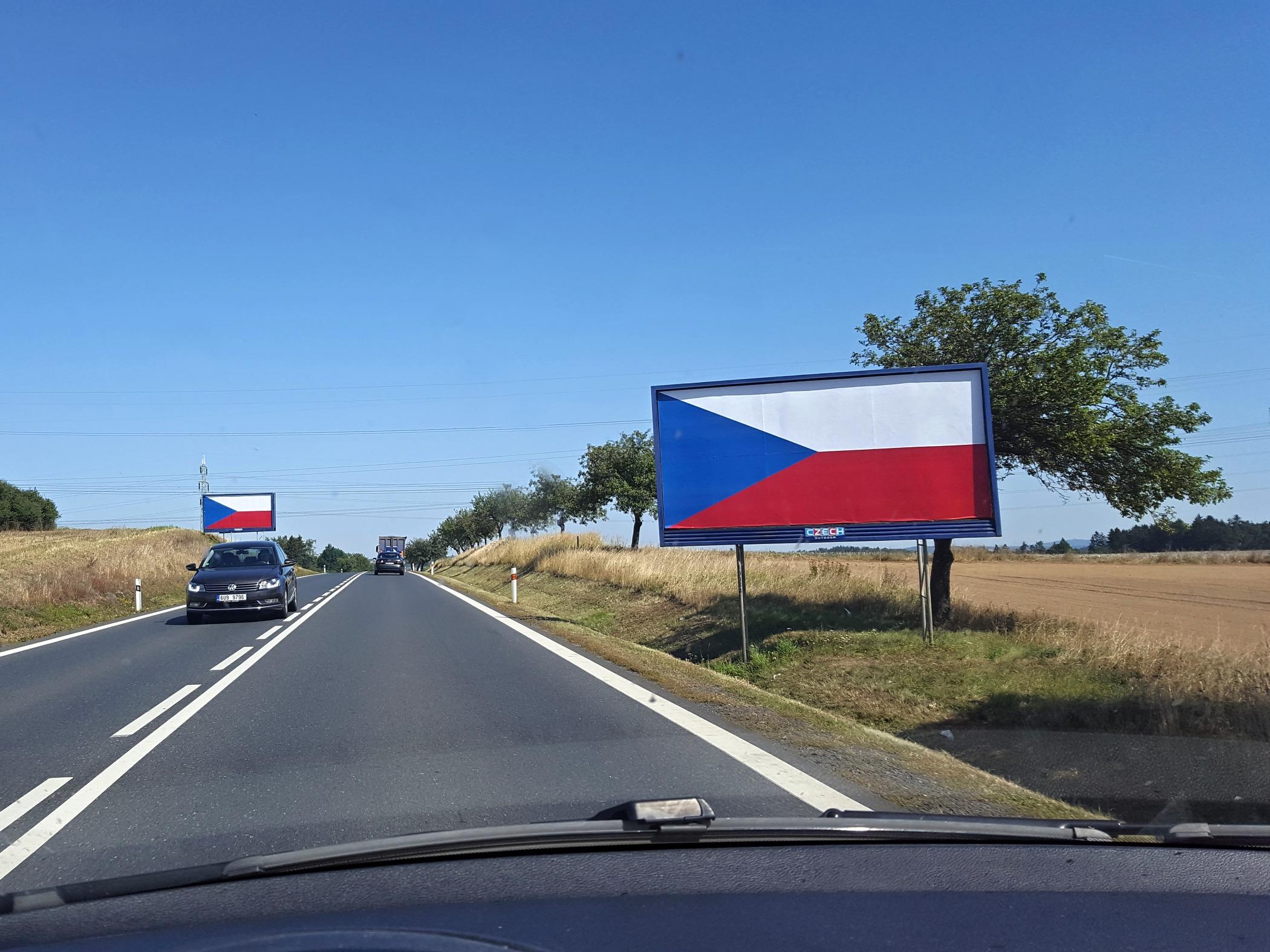 Billboardy u hlavních silničních tahů v Česku zakazuje nový zákon, přesto nezmizely
