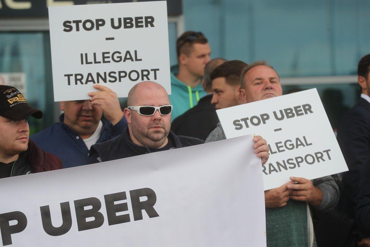Stávka taxikářů proti Uberu na letišti