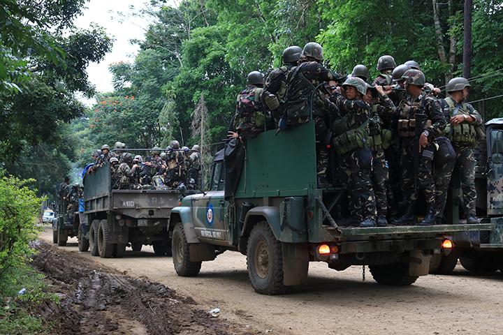 Filipínští vojáci během bitvy o město Marawi, které obsadili islamisté