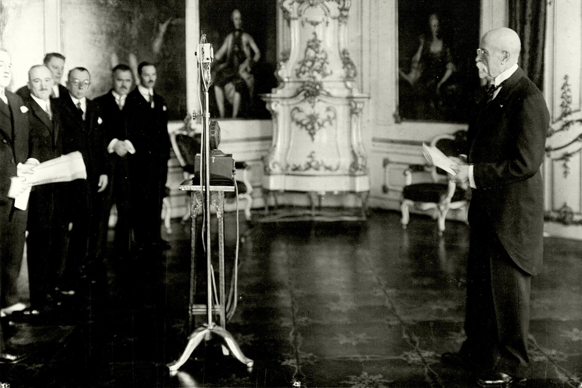 Prezident T. G. Masaryk předčítá do rozhlasového   mikrofonu své poselství k 10. výročí samostatného Československa (28. října 1928)