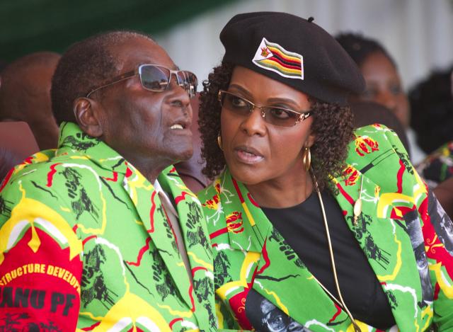 Mocenská klika v čele s Grace Mugabeovou (vpravo) vystupňovala přípravy na dynastický přesun vlády z manžela na manželku