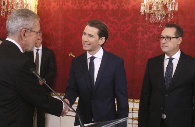 Rakouský prezident Alexander Van der Bellen (vlevo), nový rakouský premiér Sebastian Kurz a šéf Svobodných Heinz-Christian Strache