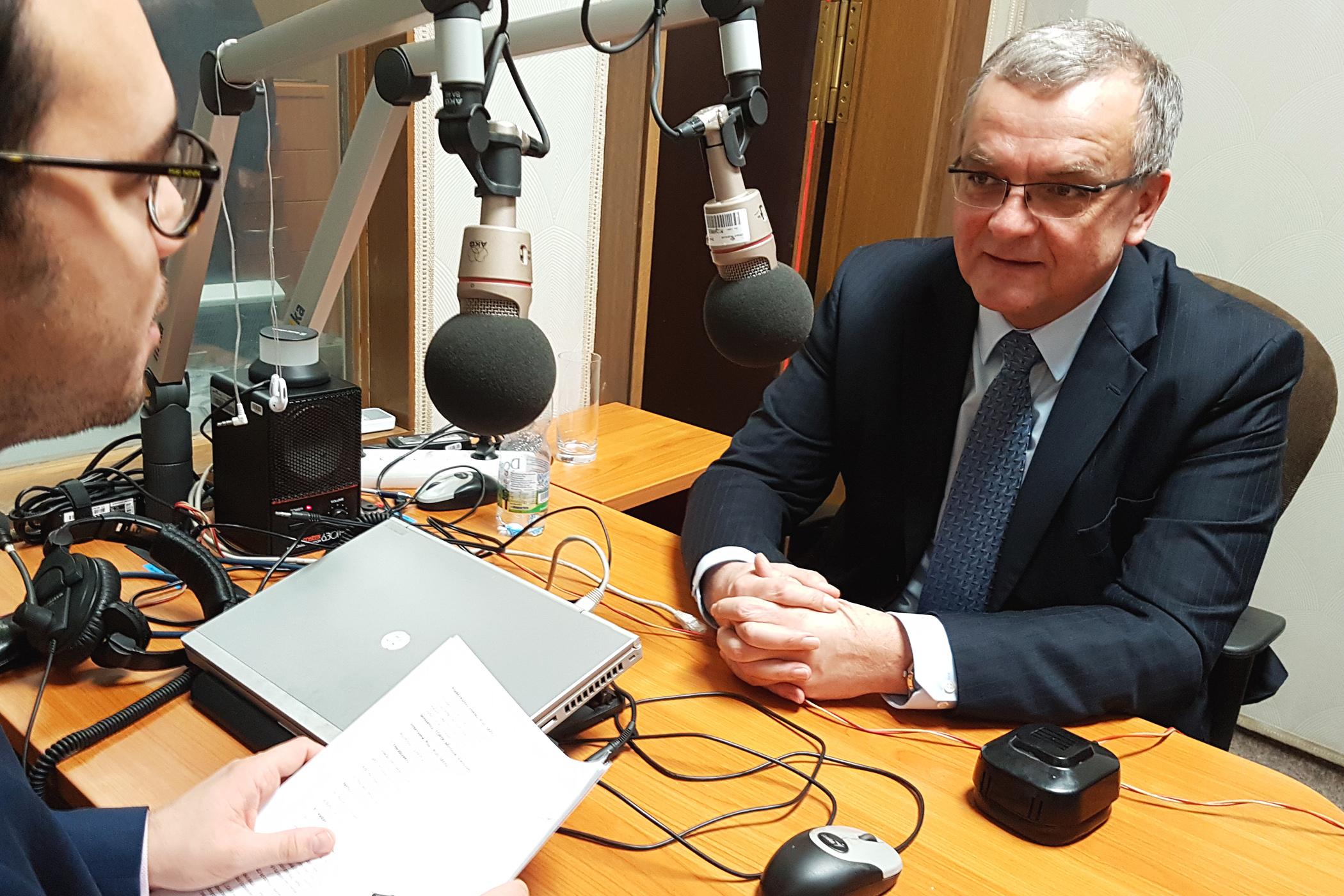 Moderátor Michael Rozsypal pozval do studia v Poslanecké sněmovně poslance Miroslava Kalouska (TOP 09)