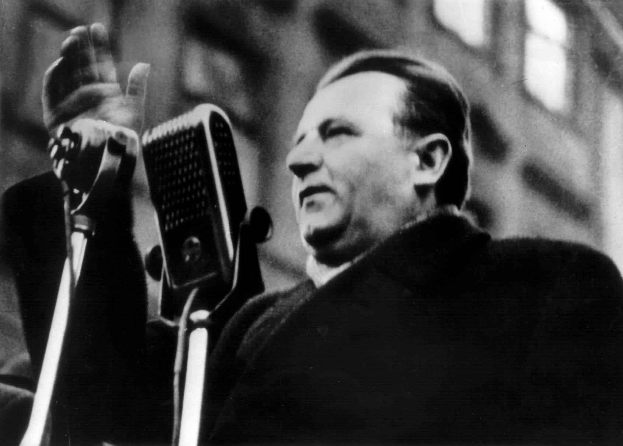 Klement Gottwald při projevu v únoru 1948
