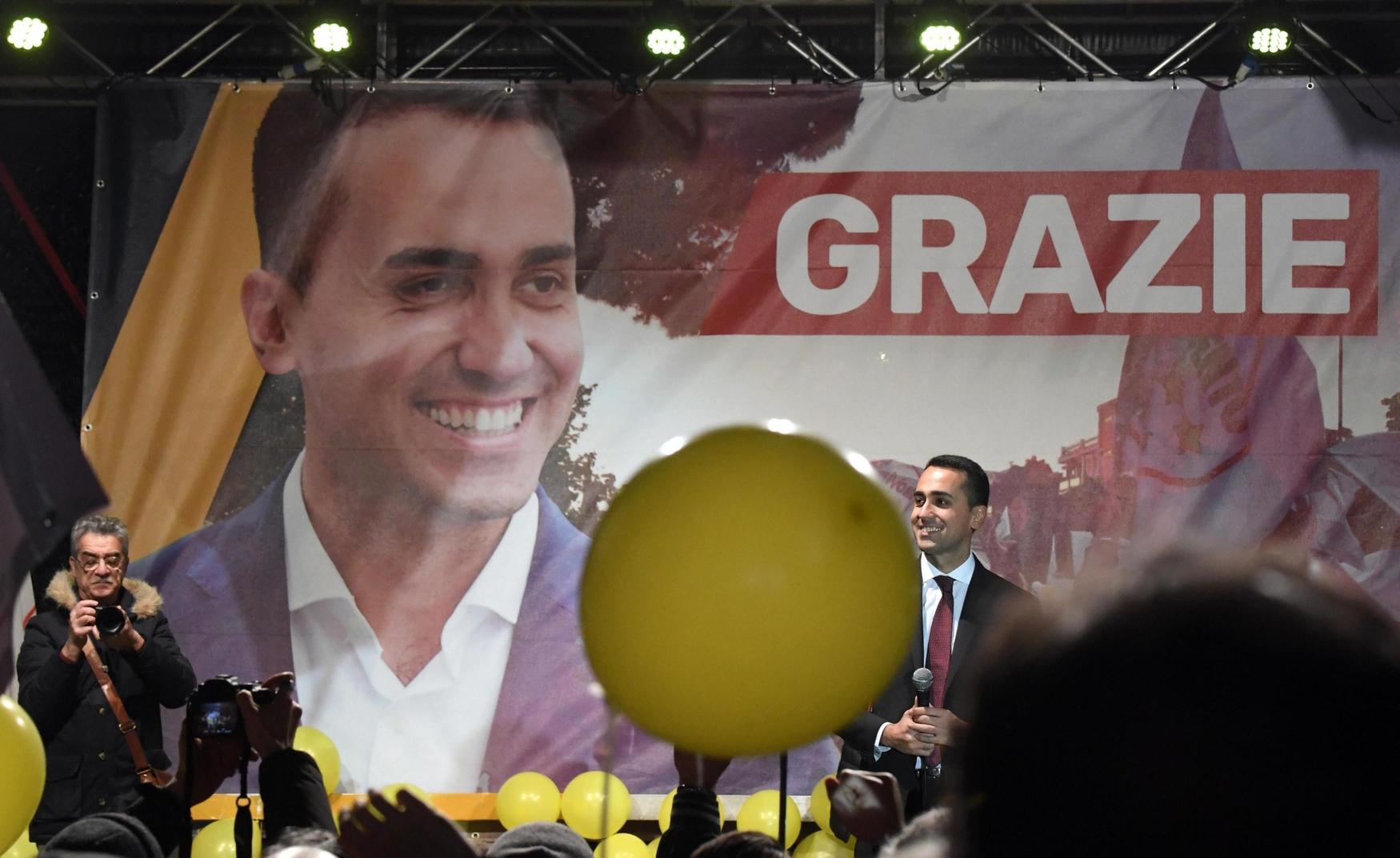 Italský vůdce hnutí Pět hvězd a kandidát na místo italského premiéra Luigi Di Maio oslavuje své vítězství ve volbách