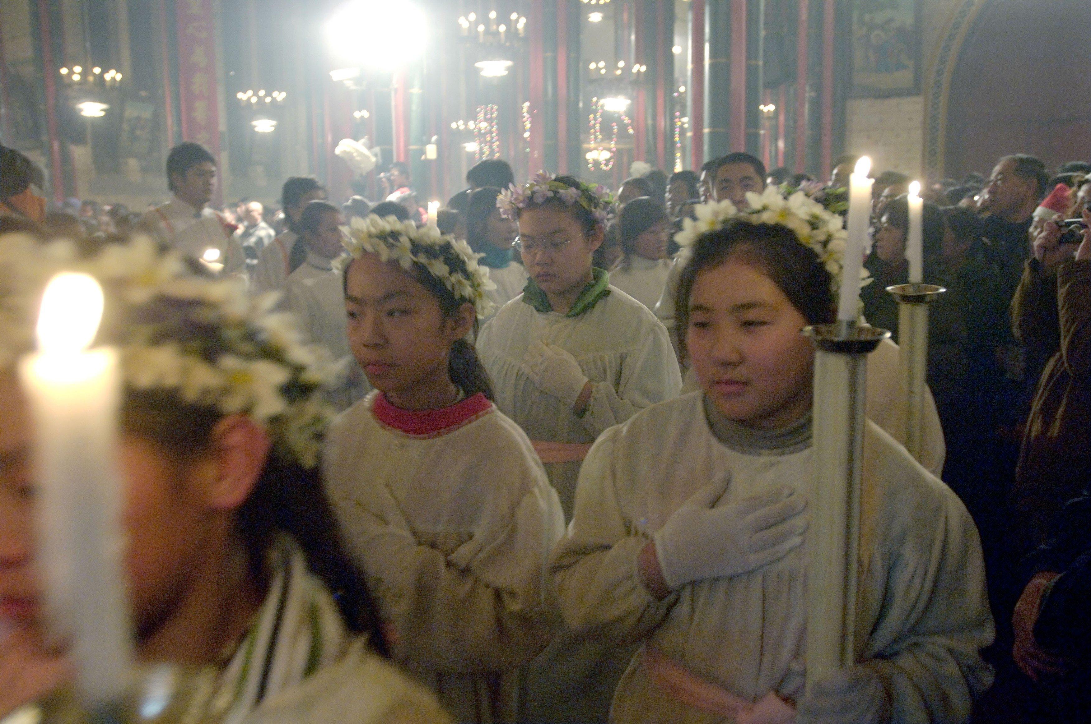 Čínští křesťané v Pekingu během vánoční mše