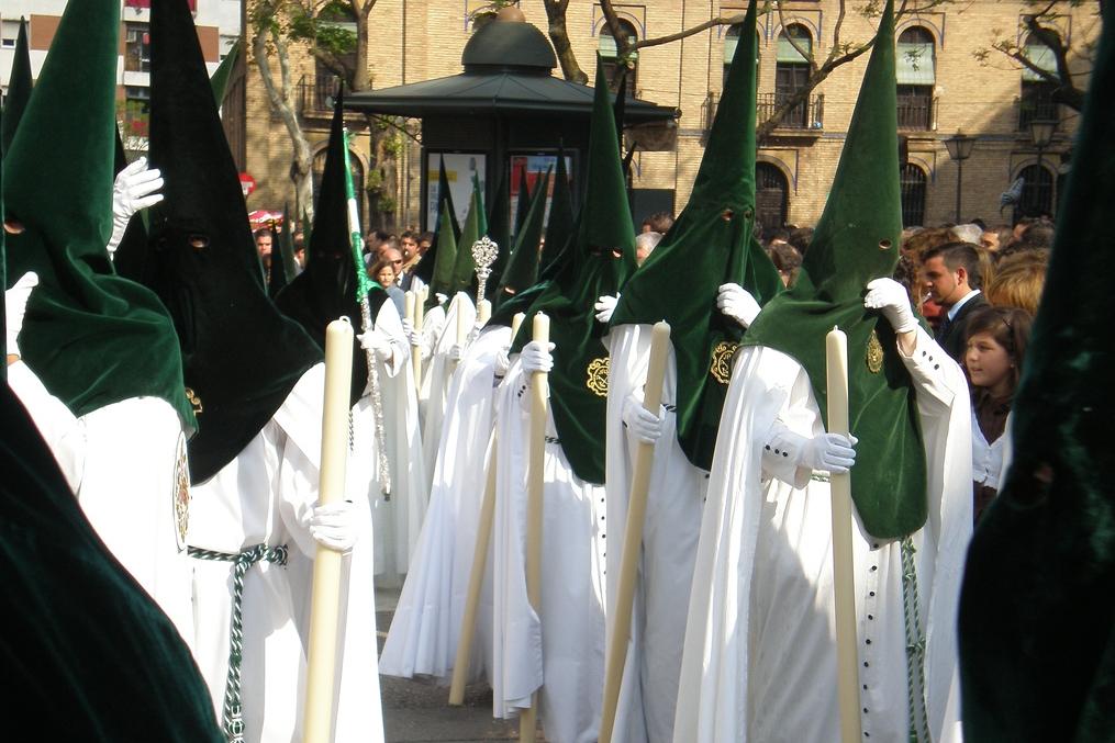 Každé bratrstvo má tradiční sváteční oděv v jiných barvách. Základ je ale stejný, sestává z tuniky, pláště zvaného capa a špičaté čepice s kápí, tzv. capirote