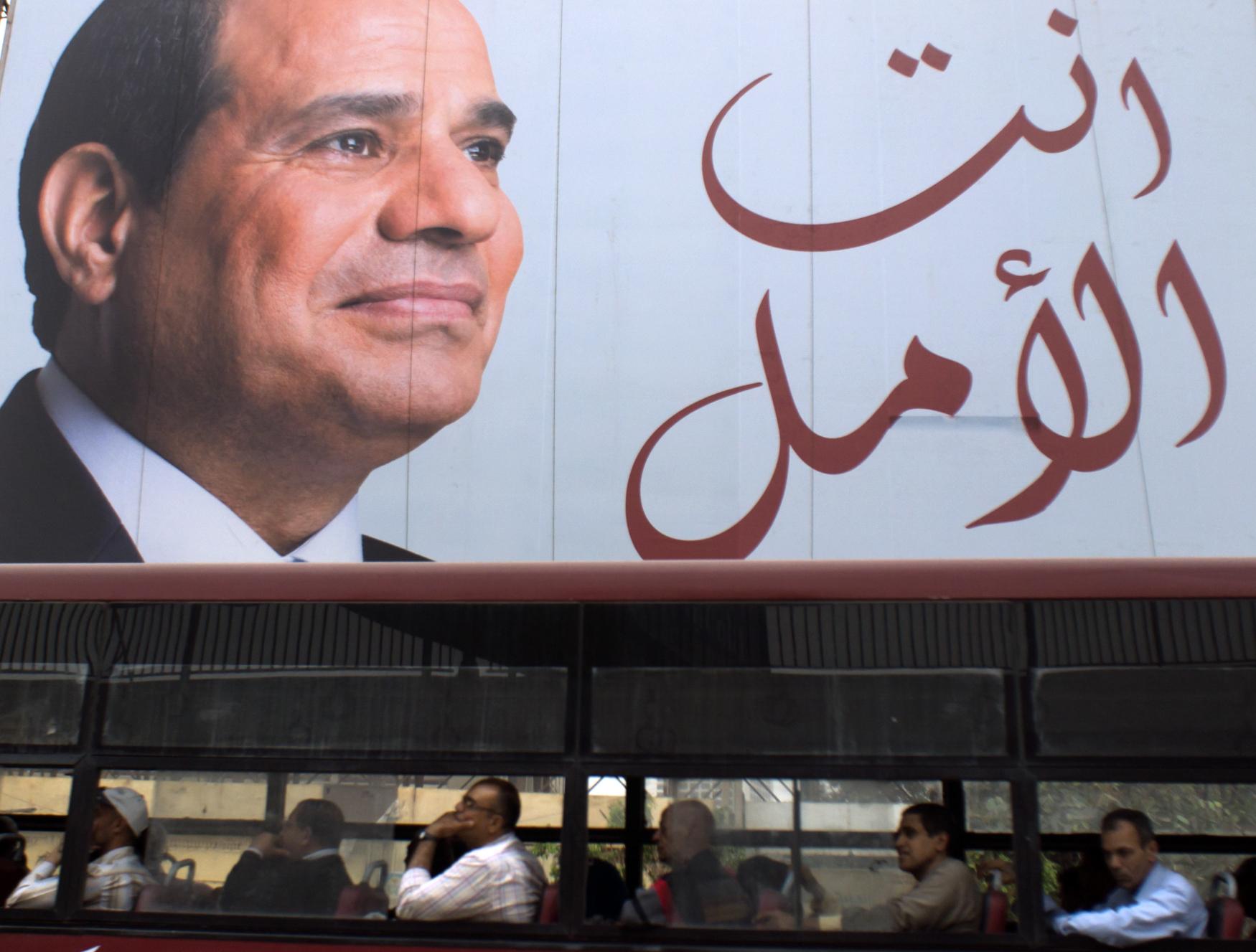 Egyptský prezident Abd al-Fattáh Sísí je podle předvolebního billboardu nadějí země